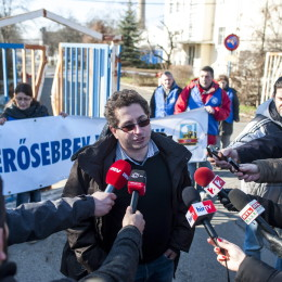Székely Tamás a VDSZ elnöke sajtótájékoztatót tart a blokád alá vett cég kapujában.